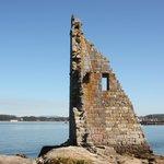 """Cambados - Ruinas de la """"Torre de San Sadurniño"""" en la """"Illa da Figueira"""" con Cambados al fondo"""