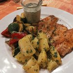 Zalm op de huid gebakken, gebakken aardappelen, groenten