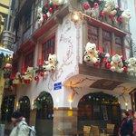 Le Tire-bouchon et sa façade typiquement Alsacienne décorée pour Noêl (12 Décembre 2013).