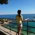 Прямо рядом с отелем очаровательная площадка и головокружительным видом на море. Внизу - пляж.