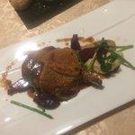 Steak di vitello con due diverse puree, rape e asparagi selvatici