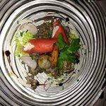Lachsrouladen auf Linsensalat mit Crevette