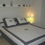 Une chambre avec grand lit
