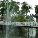 Территория отеля (мостик над прудом с фонтанами)
