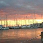 rodeado de veleros, se aprecian unas bonitas puestas de sol sentado desde su terraza