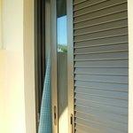 Раздвижные окно и жалюзи