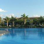 Вид на отель от бассейна