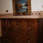 Коридоры и интерьер декорирован под старину