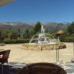 Fuente y vistas de la Sierra de Gredos desde el hotel.