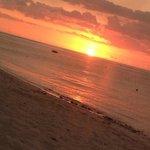 Puesta de sol desde la playa del hotel