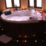 Jacuzzi in der Honeymoon-Suite