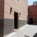 Discreta fachada dentro da Medina.