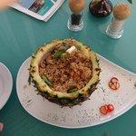 Especie de arroz chaufa con piña( con pollo)