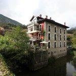 Hotel La Casa del Puente bordeado por el río Gandara