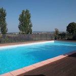 Grande et belle piscine située au coeur du jardin