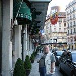 Вход в отель на площади Лонжмаль
