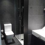 Il bagno, molto rifinito e moderno
