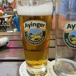Пиво Ayingers на уличном столике