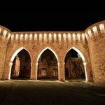 Entrata del centro storico di Petritoli e facciata del ristorante