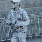 Estatuas  humanas; el  soldado