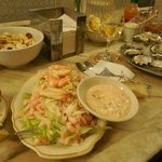 Salada com mix de camarões e caranguejo e o mix de ostras frescas