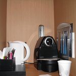 Machine Nespresso dans la chambre avec petit réfrigérateur