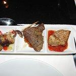Dinner mit Krokodilsteak(links)