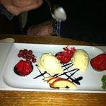 dessert met mousse van frambozen en vanillesaus