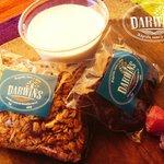 Venta de granola hecha en casa, dátiles y vasito de yogurt para beber