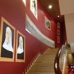Парадная лестница на 2 этаж