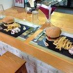 un duo d'American Burgers, viande hachée confiture d'oignon caramélisée, tomate laitue