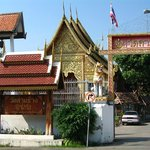 Храм рядом с Manee Guest House