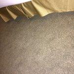Increíble los sucio que está la alfombra de la habitación