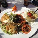 Prix : 15,00 €  Salade italienne : Salade, tomates, confit d'oignons et de lardons, mozzarella
