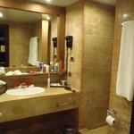 bathroom - no shower door