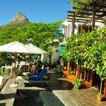 Terrasse mit Pool und seitliche Aussicht auf den Lions Head