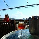 happy hour no deck com uma cerveja artesanal e este visual