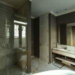 Baños modernamente equipados