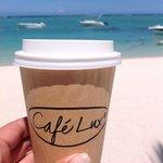 petit café latté sur la plage