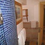 Огромная ванная комната со всеми банными принадлежностями