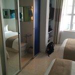 En enkel skjutdörr skiljer badrum från sovrum.
