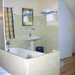 salle de bain ouverte dans la chambre de 3 personnes