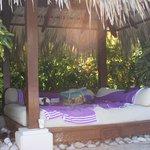 lit Bali à la piscine