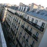 la vista dei tetti parigini dall'ultimo piano dell'hotel
