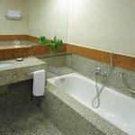 Amplo banheiro, com opção de ducha e banheira