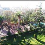 Vista desde la habitación. Da a uno de los jardines del hotel