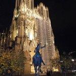 La cathédrale, la nuit, avec en 1er plan la statue de Jeanne d'Arc