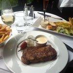 Salade César (16€80) & Noix d'entrecôte Angus Aberdeen 300g frites fraîches maison (27€50)