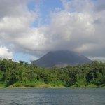 Vista del Volcan desde el Lago