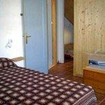 Attico: passaggio fral la stanza da letto matrimoniale e la zona dei letti singoli